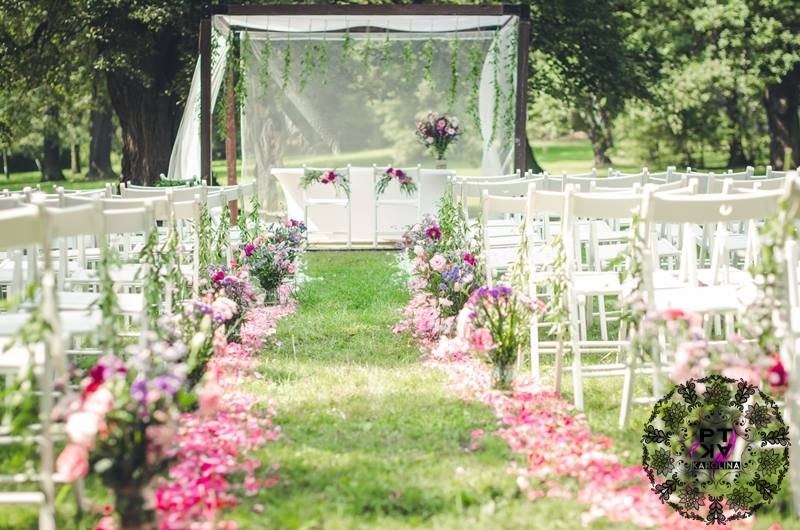 Przygotowania do ceremonii ślubnej w ogrodzie Pałacu Radziwiłłów